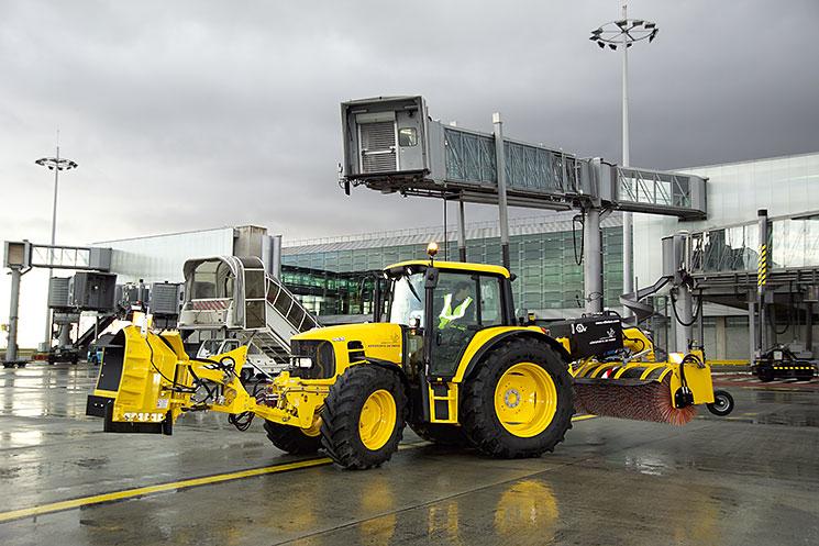 Vue d'un engin de déneigement sur piste d'aéroport