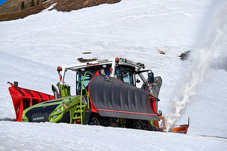 Class Xerion 4000 en action dans la neige