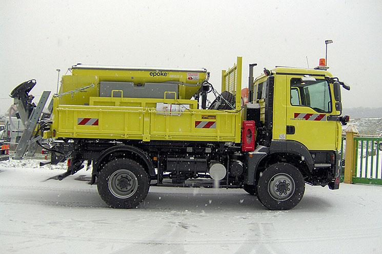 Vue d'un véhicule de salage sous la neige