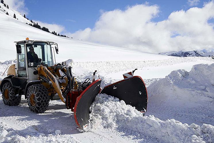 Engin de déneigement en action dans la neige