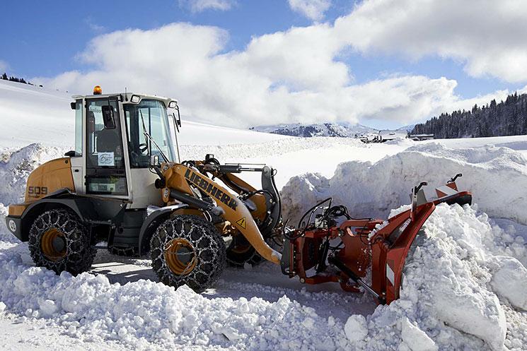 Engin de déneigement en action dans la neige en montagne