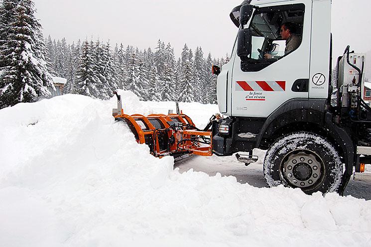 Engin en action dans la neige